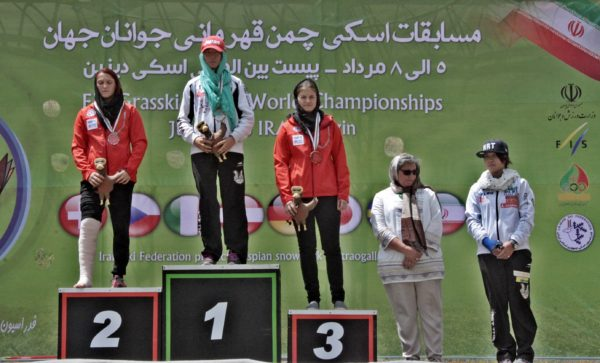 女子SGL表彰式日の丸が中央に上がり国家が斉唱される。16歳の若い選手にとってどのような経験となったのか更なる活躍を期待したい